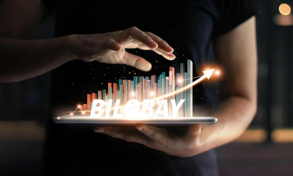 Bilobay, une start-up en pleine croissance-Un homme tient un gâteau avec des bougies